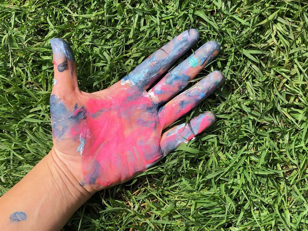 Mano con pintura. Abrirse a nuevas experiencias es uno de los siete secretos para despertar la creatividad